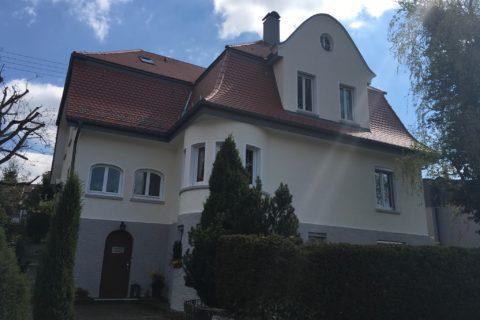 Renovierung der Fassade und Dachgesims mit Farbgestaltung
