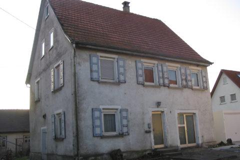 Haus vor Renovierung mit einem Wärmedämmverbundsystem