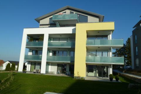 Mehrfamilienhaus, Innen- und Außenputzarbeiten mit Farbgestaltung